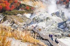 Noboribetsu, Japan - 25. Oktober 2017: Unbekannte waling Touristen Stockfoto