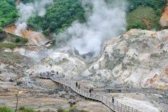 Noboribetsu Jigokudani, het spoor van de explosiekrater dat door de uitbarsting van MT werd gemaakt Hiyoriyama, en is royalty-vrije stock afbeeldingen
