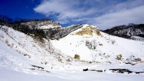 Noboribetsu onsen bluesky de helvallei van de sneeuwberg Stock Afbeeldingen