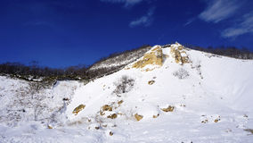 Noboribetsu onsen l'hiver bluesky de vallée d'enfer de montagne de neige Photographie stock libre de droits