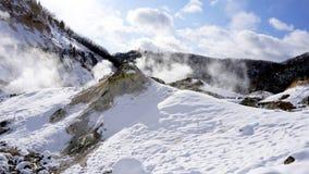 Noboribetsu onsen Schneeberg und den Nebelwinter Lizenzfreie Stockbilder