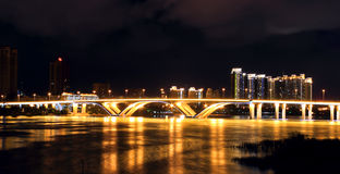 Noc brzeg rzeki w ogniu z światłami Obraz Royalty Free
