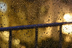 Noc deszczu krople na okno zdjęcia royalty free