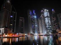 Noc drapacze chmur, wysocy domy, noc Dubaj Zdjęcie Royalty Free