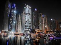 Noc drapacze chmur, wysocy domy, noc Dubaj Obrazy Stock