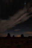Noc i jaskrawe gwiazdy w Pomnikowej dolinie obraz stock