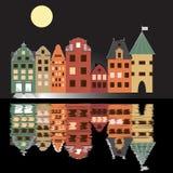 Noc ilustracyjny plakat z domami, księżyc i odbiciem w wodzie, Obrazy Royalty Free