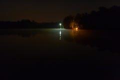 Noc jezioro przy campingu parkiem Zdjęcia Stock