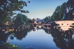 Noc jezioro przy Tivoli parkiem rozrywkim w Kopenhaga fotografia stock