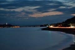 Noc krajobraz Enoshima wyspa w Japonia z traffix światłem wlec zdjęcie royalty free