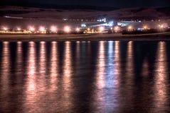 Noc krajobraz: lekcy odbicia na wodzie Zdjęcia Stock