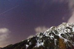 Noc krajobraz zim góry Gwiaździsty niebo w nakrywać górach Europa Zim Alps w Trentino alcie Adige  obraz royalty free