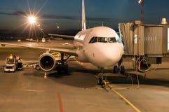noc lotniskowa zaparkował samolot Obrazy Stock