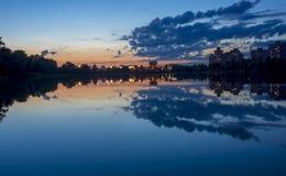 Noc miastowy jezioro Obrazy Royalty Free