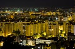 Noc miastowy nowożytny krajobraz w Brasov Rumunia zdjęcie stock