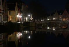 Noc most na kanale w Bruges i światła Fotografia Royalty Free