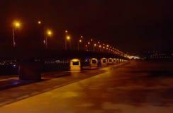 Noc most przez rzeki noc zaświeca zimę i zamarzniętą rzekę obrazy stock