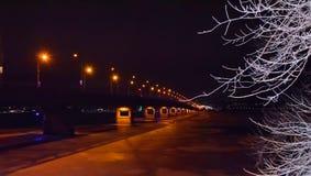 Noc most przez rzeki noc zaświeca zimę i zamarznięta rzeka rozgałęzia się w śniegu obrazy royalty free