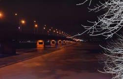 Noc most przez rzeki noc zaświeca zimę i zamarznięta rzeka rozgałęzia się w śniegu zdjęcie stock