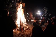 Noc ogień z ludźmi wokoło fotografia royalty free