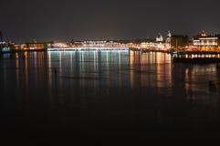 Noc panoramiczny widok iluminuj?ca Neva rzeka Tuchkov most i, ?wi?tobliwy Petersburg, Rosja zdjęcia royalty free