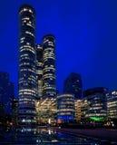 Noc Paryski budynek; biura zaświecali pracowników Zdjęcie Stock