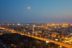 Noc pejzaż miejski Kaliningrad śródmieście Widok od dachu Fotografia Stock