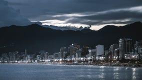 Noc pejzaż miejski Rio De Janeiro z plażą zdjęcia stock