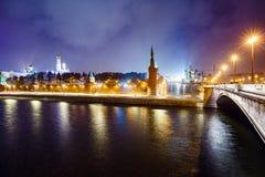 Noc pejzaż miejski, ` s spadek, Moskwa Kremlin, basilu, i plac czerwony, bulwar, latarnie uliczne przy wieczór zimy opadem śniegu Zdjęcia Royalty Free