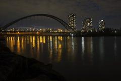 Noc pejzażu miejskiego linia horyzontu widok mieszkanie własnościowe budynki jeziornym Ontario Kolorowi elektryczni światła odbij fotografia stock