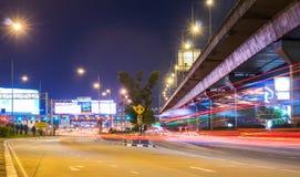 Noc pejzażu miejskiego widok z długim światła ruchu wlec przy Sinakharin opłaty drogowa bramą Sirat autostrada Obraz Royalty Free