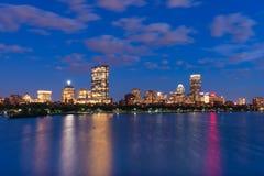 Noc pejzaż miejski z odbiciami w wodzie, Boston, usa Obrazy Royalty Free