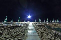 Noc piaska plaży widok z parasolami, Adriatycki Riviera Obrazy Stock