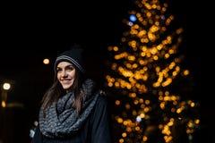 Noc portret piękna brunetki kobieta ono uśmiecha się cieszący się zimę w parku Zimy radość chłopiec wakacji lay śniegu zima pozyt fotografia royalty free