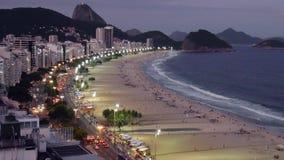 Noc ruch drogowy Na Copacabana plaży, przeglądać z góry, Rio De Janeiro, Brazylia zbiory wideo