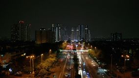 Noc ruch drogowy z drapacza chmur tłem zbiory