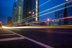 Noc ruchu drogowego ślada na pejzażu miejskiego tle Zdjęcie Stock