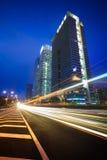 Noc ruchu drogowego ślada na pejzażu miejskiego tle Obrazy Stock