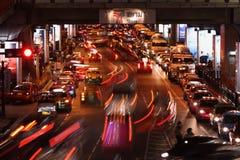 Noc ruchu drogowego dżem w Bangkok, Tajlandia Fotografia Stock