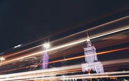 Noc ruchu drogowego droga w mieście z Lekkimi śladami samochody Nowożytni drapacze chmur - Warszawa - obraz stock