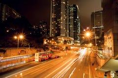 Noc ruchu i pejzażu miejskiego linie na ciemnej drodze z miastowymi strukturami Obrazy Royalty Free
