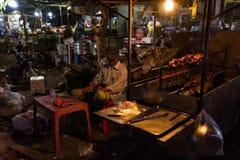 Noc rynek i Khmer ludzie sprzedaje jedzenie Zdjęcie Royalty Free