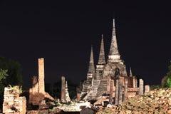 Noc strzał trzy magistrali pagoda w ruinach antyczne resztki przy Watem Phra Si Sanphet zdjęcie stock