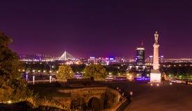 Noc strzelał od Kalemegdan forteczny Belgrade z rzeką, zwycięzcy zabytkiem Pas pije fontannę i Mehmet, Zdjęcie Stock
