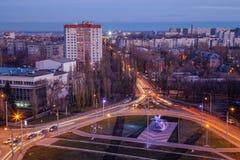 Noc Voronezh, widok z lotu ptaka drogowy złącze blisko samolotowego Mig-21 pomnika w zachodu okręgu Zdjęcie Stock