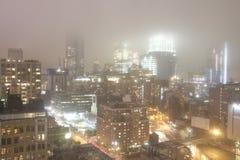 Noc w mgłowej pogodzie Manhattan, Nowy Jork - zdjęcie royalty free