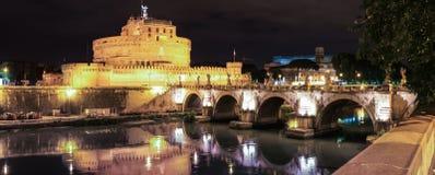 Noc widok Świątobliwy anioła kasztel, most pod rzecznym Tiber przy nocą w Rzym i, Włochy Zdjęcie Royalty Free