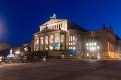 Noc widok Berliński Konzerthaus przy Gendarmenmarkt obraz stock