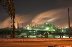 Noc widok Chelyabinsk Metalurgiczna roślina obrazy stock