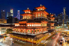 Noc widok Chińska świątynia w Singapur Chinatown obrazy stock